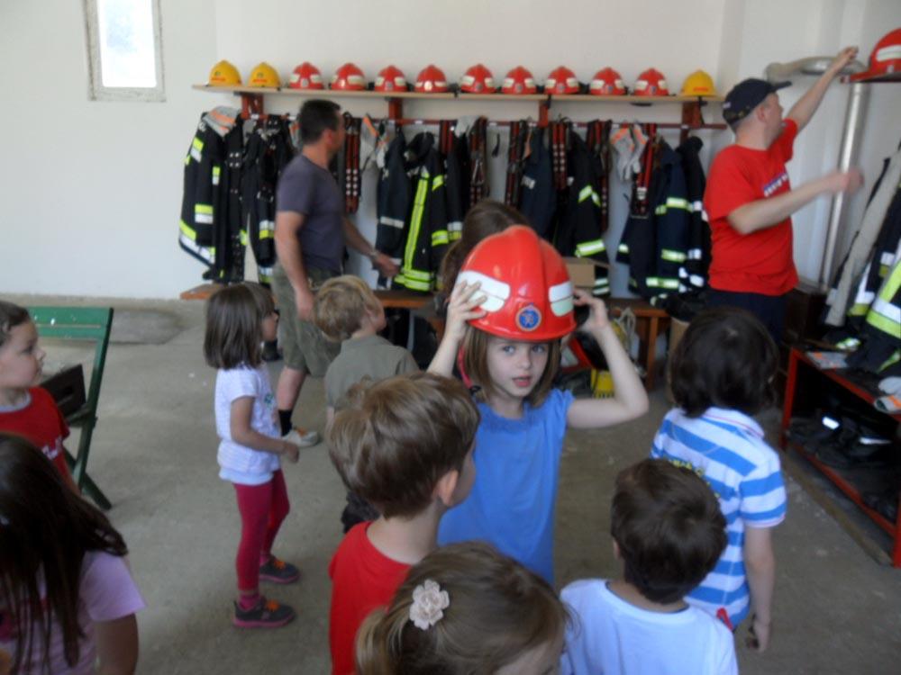 Djeca posjetila vatrogasce