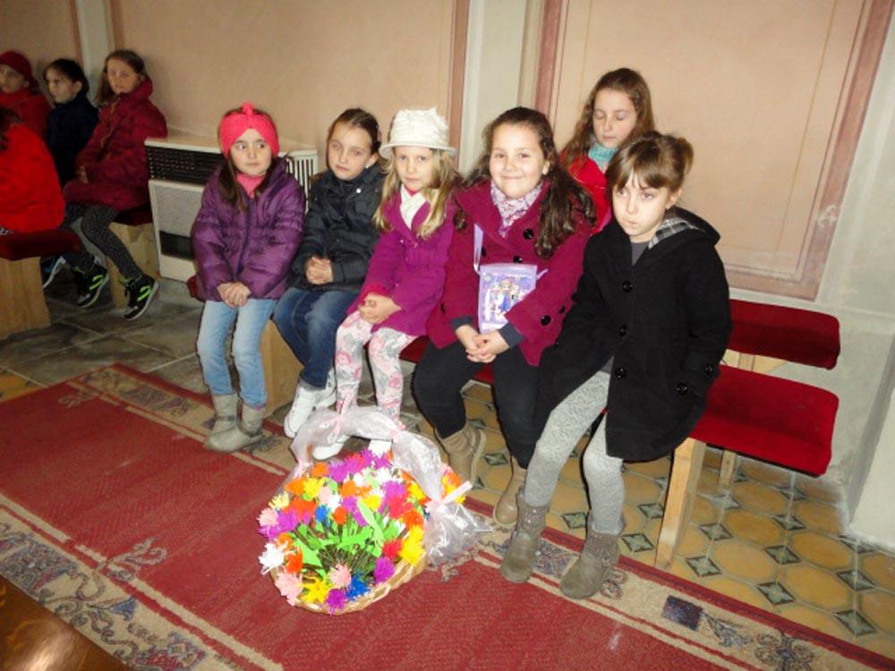 Djeca darivala cvijeće