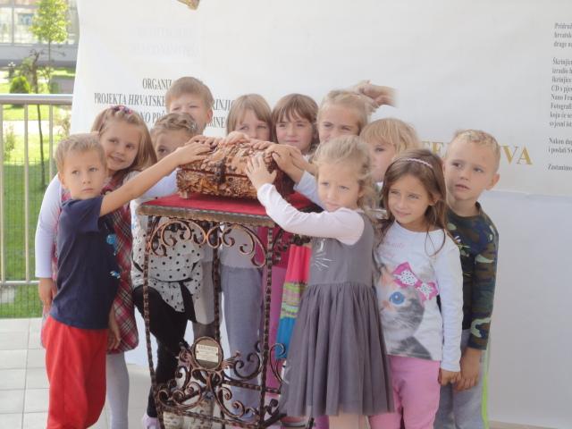 Povodom Međunarodnog dana mira i kulturne baštine Hrvatska narodna škrinjica u vrtićima Vrapčića Drnje