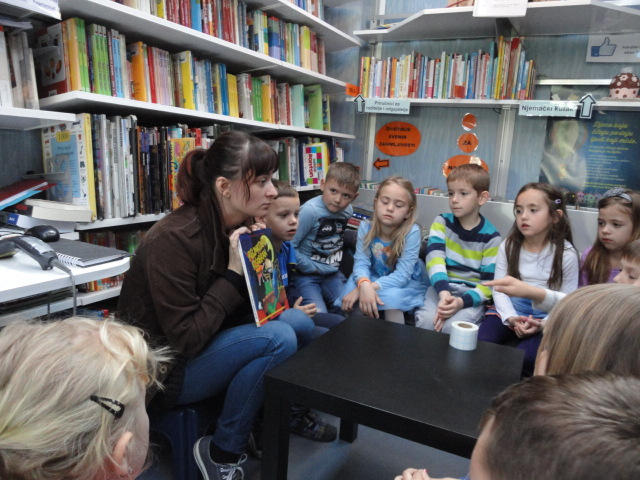 """Predškolci iz """"Potočića"""" na radionici u Bibliobusu"""