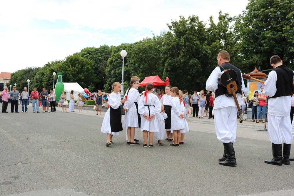Dječja folklorna grupa KUD-a Rudar i tamburaški sastav nastupili na otvorenju Dana povrća KKŽ