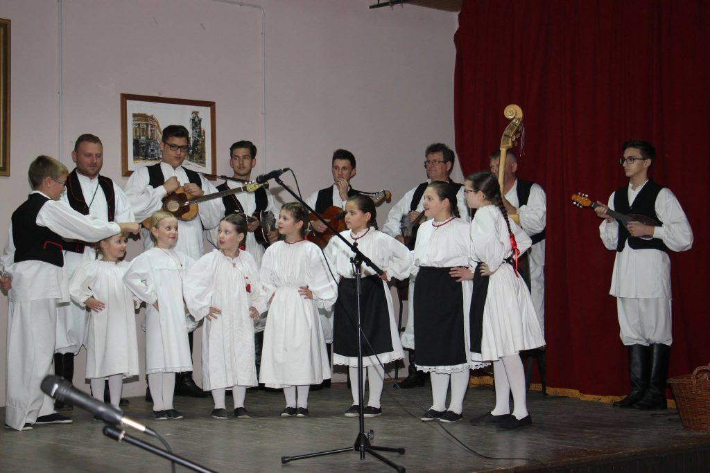 Mali folkloraši iz Glogovca na paljenju prve adventske svijeće