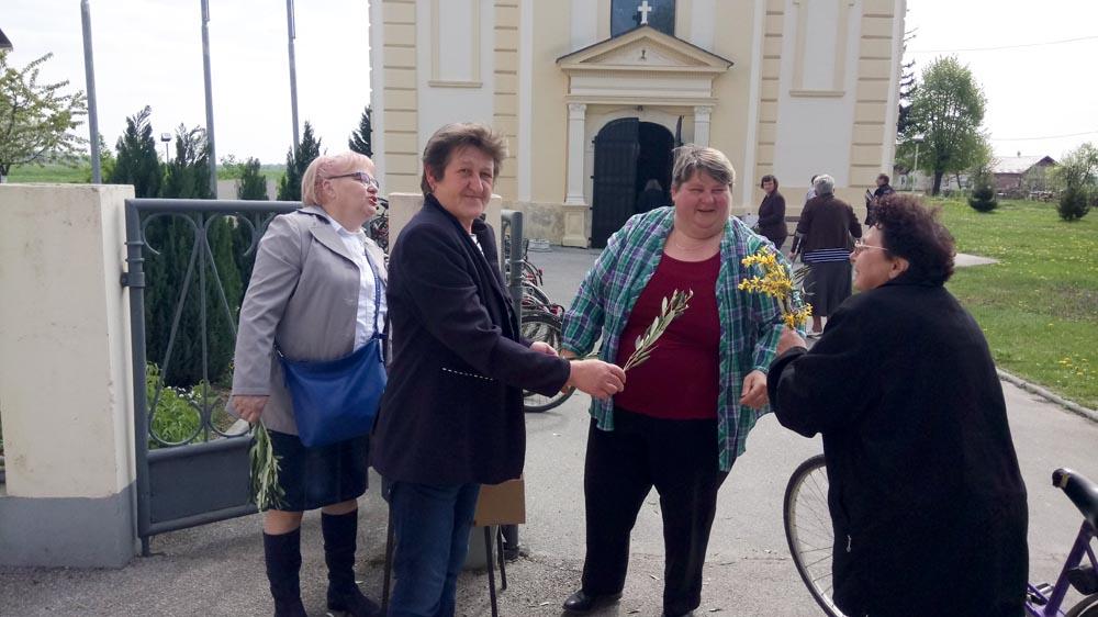 Udruga žena Bregi na Cvjetnicu dijelila maslinove grančice