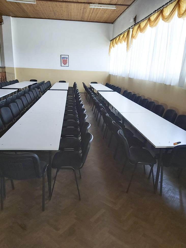 Obnovljeni stolovi i postavljene nove stolice u Društvenom domu u Glogovcu