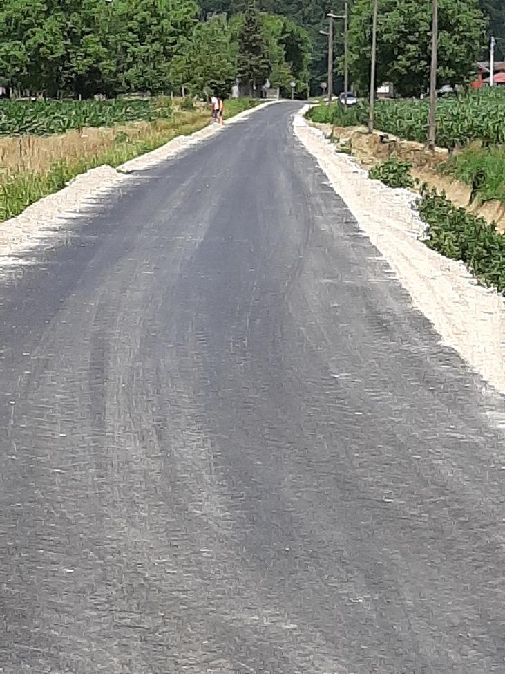 Asfaltirana cesta u dijelu Ulice Vladimira Nazora u Koprivničkim Bregima